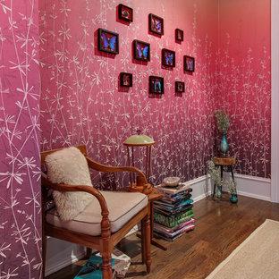 ローリーの中サイズのエクレクティックスタイルのおしゃれな廊下 (ピンクの壁、濃色無垢フローリング、茶色い床) の写真