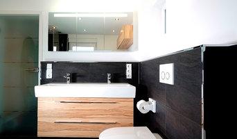 Bad mit großformatigen Fliesen aus Feinsteinzeug und eckigen Profilen verchromt