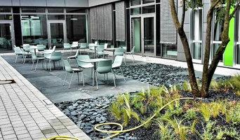 Landschaftsbau in Innenhöfen der Uniklinik Bonn per Autokran