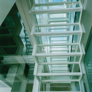 ガラス階段の家 空が見える透明な階段