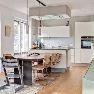Großes, Offenes Modernes Wohnzimmer mit gebeiztem Holzboden und Kaminofen in Nürnberg
