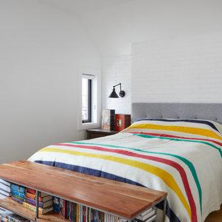 Idee per una piccola camera matrimoniale chic con pareti bianche, parquet chiaro, pavimento marrone e pareti in mattoni