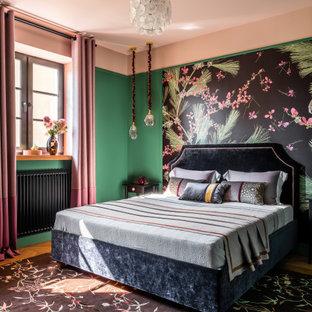 Свежая идея для дизайна: хозяйская спальня среднего размера в стиле неоклассика (современная классика) с зелеными стенами и паркетным полом среднего тона - отличное фото интерьера