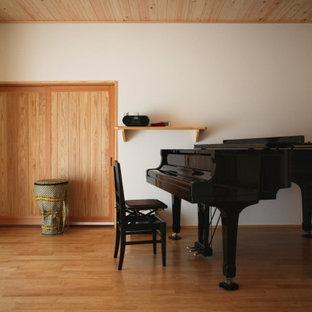 Idéer för att renovera ett stort orientaliskt arbetsrum, med vita väggar, mellanmörkt trägolv och orange golv