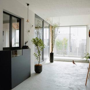 Inspiration för mellanstora asiatiska entréer, med bruna väggar, mellanmörkt trägolv och grått golv