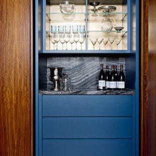 トロントの中くらいのコンテンポラリースタイルのおしゃれなドライ バー (I型、フラットパネル扉のキャビネット、青いキャビネット、御影石カウンター、マルチカラーのキッチンパネル、御影石のキッチンパネル、無垢フローリング、茶色い床、マルチカラーのキッチンカウンター) の写真