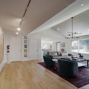 他の地域の中くらいのコンテンポラリースタイルのおしゃれな廊下 (白い壁、淡色無垢フローリング、三角天井) の写真