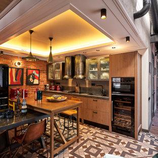 Источник вдохновения для домашнего уюта: прямая кухня среднего размера в стиле лофт с обеденным столом, монолитной раковиной, плоскими фасадами, серыми фасадами, столешницей из нержавеющей стали, серым фартуком, фартуком из дерева, черной техникой, полом из цементной плитки, островом, серым полом, серой столешницей и многоуровневым потолком