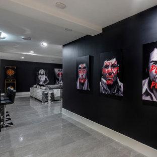 Modelo de cine en casa abierto, contemporáneo, extra grande, con paredes negras, suelo de baldosas de cerámica, pantalla de proyección y suelo gris