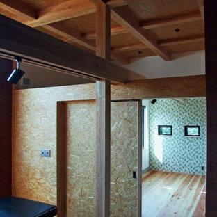 Moderner Fitnessraum mit hellem Holzboden und freigelegten Dachbalken in Sonstige