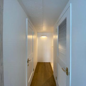 白を基調にしたホテルライクな廊下