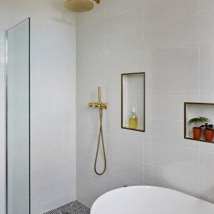 Inspiration för små klassiska grått badrum, med en vägghängd toalettstol, vit kakel, vita väggar, ett fristående handfat, bänkskiva i terrazo och flerfärgat golv