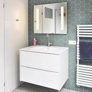 Immagine di una piccola stanza da bagno con doccia minimal con ante lisce, ante bianche, piastrelle verdi, piastrelle in gres porcellanato, lavabo integrato, top in superficie solida, pavimento alla veneziana e pavimento multicolore