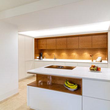 Moderne Küche mit indirekter Beleuchtung