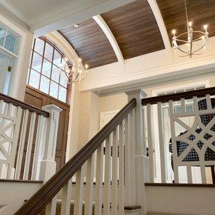 Idéer för foajéer, med beige väggar, mörkt trägolv, en dubbeldörr, mörk trädörr och brunt golv