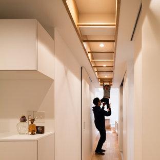 東京23区の中くらいの北欧スタイルのおしゃれな廊下 (白い壁、合板フローリング、折り上げ天井、壁紙、白い天井) の写真