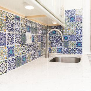 Inspiration för ett avskilt, litet vit vitt parallellkök, med en undermonterad diskho, skåp i shakerstil, vita skåp, bänkskiva i kvartsit, blått stänkskydd, stänkskydd i mosaik, rostfria vitvaror, ljust trägolv och gult golv