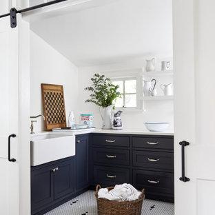 Exempel på en mellanstor lantlig vita u-formad vitt tvättstuga enbart för tvätt, med en rustik diskho, luckor med profilerade fronter, svarta skåp, bänkskiva i kvarts, vita väggar, klinkergolv i keramik, en tvättmaskin och torktumlare bredvid varandra och vitt golv