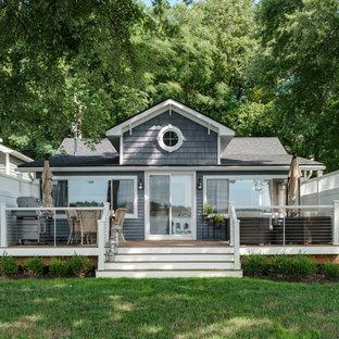 Diseño de fachada de casa azul, marinera, pequeña, de una planta, con revestimiento de vinilo, tejado a dos aguas y tejado de teja de madera