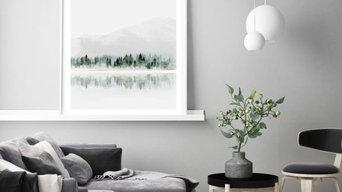 Aquarell: Neblige Seenlandschaft mit Wald und Bergen
