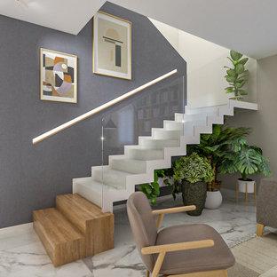 """Ispirazione per una scala a """"U"""" design di medie dimensioni con pedata in legno, alzata in legno verniciato e parapetto in vetro"""