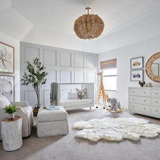 Ispirazione per una grande cameretta per neonato chic con pareti blu, moquette, pavimento beige, soffitto a volta e pannellatura