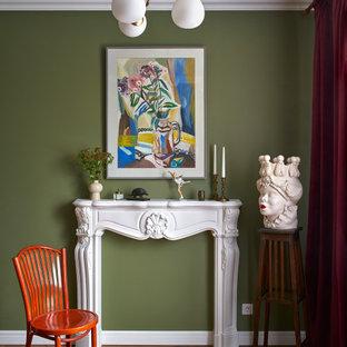 Идея дизайна: гостиная комната среднего размера в стиле фьюжн с зелеными стенами, паркетным полом среднего тона, стандартным камином, фасадом камина из штукатурки, коричневым полом, балками на потолке и обоями на стенах