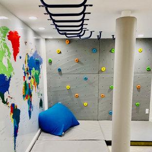 Foto på ett mellanstort vintage könsneutralt barnrum kombinerat med lekrum och för 4-10-åringar, med vita väggar, laminatgolv och grått golv