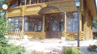 Двухэтажный дом из бревна с большими окнами