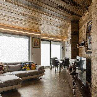 Idee per un soggiorno contemporaneo aperto con pareti marroni, parquet scuro, TV autoportante, pavimento marrone, soffitto in legno e pareti in legno