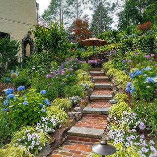 Idée de décoration pour un très grand jardin tradition avec une pente, une colline ou un talus, des pavés en brique et une exposition partiellement ombragée.