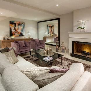 Fernseherloses, Großes, Repräsentatives, Abgetrenntes Klassisches Wohnzimmer mit beiger Wandfarbe, Kamin und Marmorboden in Sonstige
