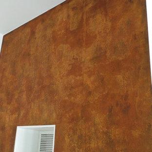 Ispirazione per un soggiorno design di medie dimensioni con sala formale, pareti marroni, pavimento in laminato, stufa a legna e pavimento grigio