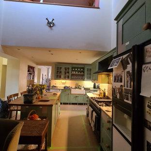 Идея дизайна: огромная параллельная кухня-гостиная в классическом стиле с двойной раковиной, фасадами с утопленной филенкой, бежевыми фасадами, мраморной столешницей, бежевым фартуком, фартуком из мрамора, черной техникой, темным паркетным полом, островом, коричневым полом, серой столешницей, балками на потолке и правильным освещением