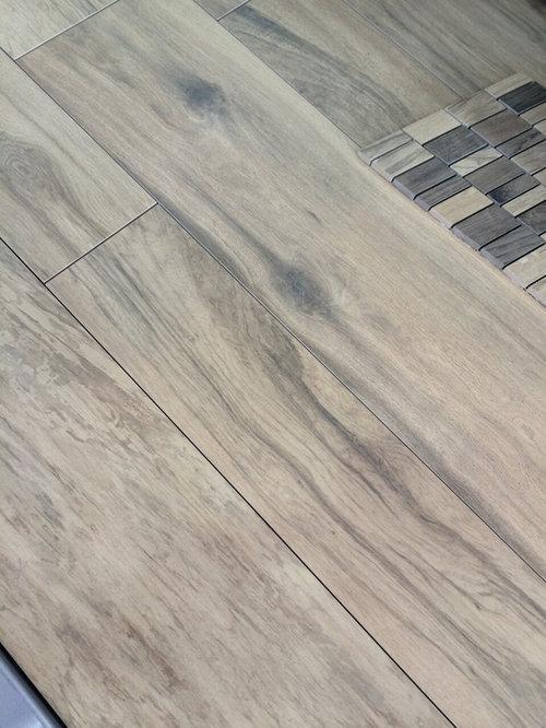 Wir Werden Die Fliesen In Holzoptik Verlegen (siehe Bild) Welche Sockel  Würdet Ihr Dazu Verlegen? Passend Zu Den Fliesen Oder Weisse?