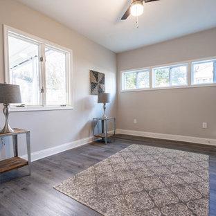 ボルチモアの中くらいのトラディショナルスタイルのおしゃれな主寝室 (グレーの壁、ラミネートの床、グレーの床、グレーの天井) のレイアウト