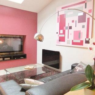 他の地域の中サイズのコンテンポラリースタイルのおしゃれなLDK (ライブラリー、ピンクの壁、ラミネートの床、埋込式メディアウォール、グレーの床) の写真