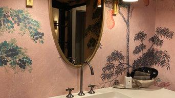 Badezimmerkonsole mit Spiegel und warmer Lichtgestaltung
