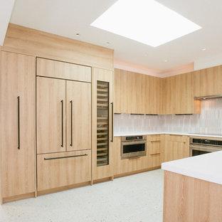 Свежая идея для дизайна: п-образная кухня-гостиная среднего размера в стиле модернизм с врезной раковиной, плоскими фасадами, фасадами цвета дерева среднего тона, серым фартуком, фартуком из керамической плитки, техникой из нержавеющей стали, полом из терраццо, белым полом и белой столешницей - отличное фото интерьера