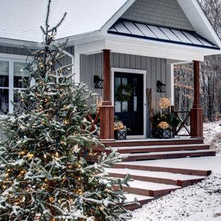 Großes, Einstöckiges, Graues, Schwarzes Landhausstil Einfamilienhaus mit Holzfassade, Schmetterlingsdach, Schindeldach und Wandpaneelen in Montreal