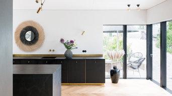 Zeitlose, elegante Küche in Gold und Schwarz