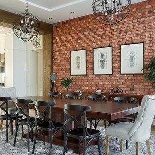 Стильный дизайн: большая гостиная-столовая в стиле неоклассика (современная классика) с разноцветными стенами, полом из керамогранита, коричневым полом и кирпичными стенами - последний тренд