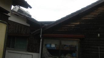 でっかい折半屋根の焼杉外壁の家