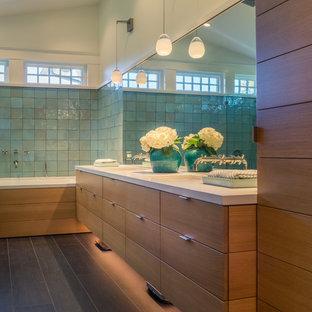Imagen de cuarto de baño principal, bohemio, de tamaño medio, con armarios con paneles lisos, puertas de armario de madera clara, ducha abierta, baldosas y/o azulejos azules, baldosas y/o azulejos de cerámica, paredes blancas, suelo de baldosas de porcelana, lavabo bajoencimera, encimera de cuarzo compacto y bañera encastrada