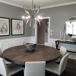 Exempel på en mellanstor modern separat matplats, med grå väggar, mörkt trägolv och brunt golv