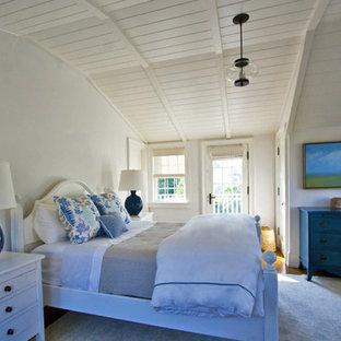 Стильный дизайн: большая гостевая спальня в морском стиле с белыми стенами, паркетным полом среднего тона, коричневым полом и сводчатым потолком без камина - последний тренд
