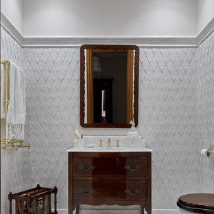 Стильный дизайн: туалет среднего размера в классическом стиле с темными деревянными фасадами, инсталляцией, керамической плиткой, мраморным полом, врезной раковиной, мраморной столешницей, напольной тумбой, сводчатым потолком, плоскими фасадами, белой плиткой, белыми стенами, белым полом и белой столешницей - последний тренд