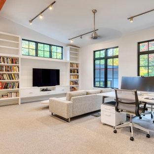 ニューヨークのコンテンポラリースタイルのおしゃれなホームオフィス・書斎 (ライブラリー、白い壁、カーペット敷き、暖炉なし、自立型机、グレーの床、三角天井) の写真
