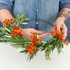 DIY: Sådan binder du en frisk julekrans med bær og kviste
