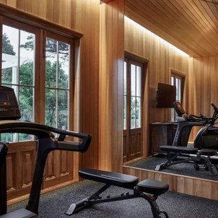 Ispirazione per una sala pesi tradizionale di medie dimensioni con pavimento nero e soffitto in legno